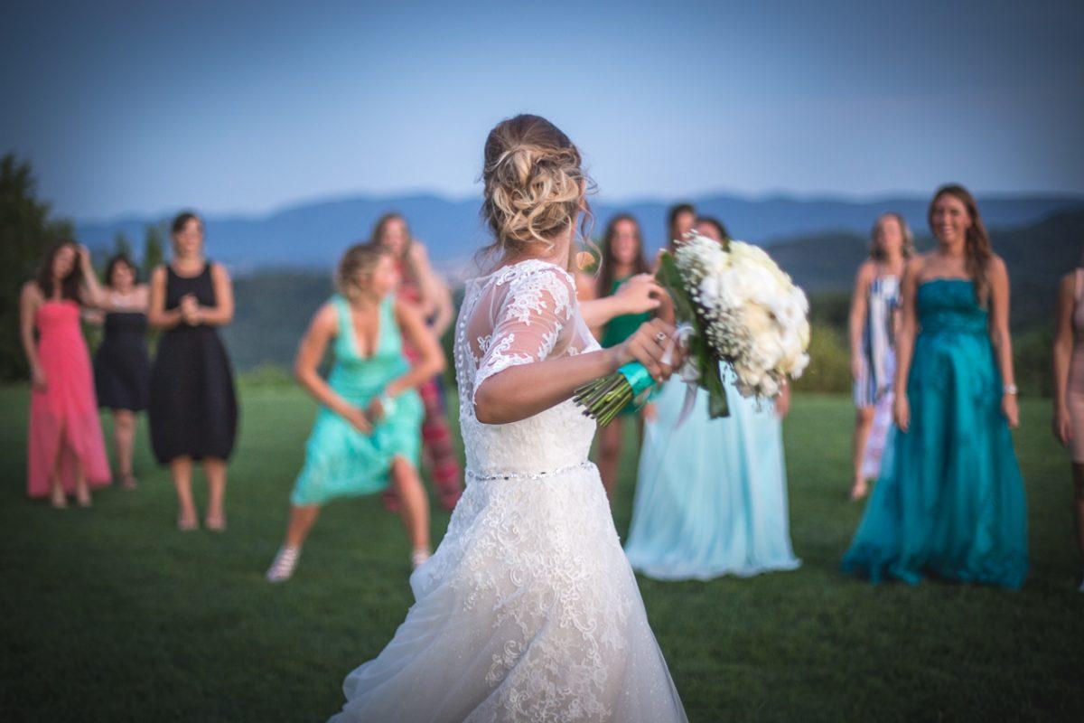 foto matrimonio friuli san floriano lancio bouquet
